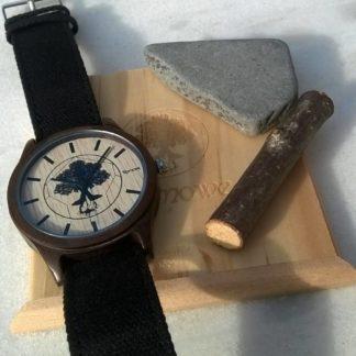 Romowe-Sandelholz-Uhr-auf-Mamor